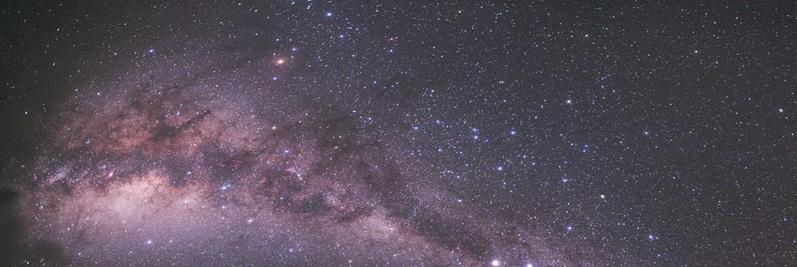 مجرّة درب التبانة كما نراها في ليلة ظلماء - وَٱلشَّمْسُ تَجْرِي لِمُسْتَقَرٍّ لَّهَـا ذَلِكَ تَقْدِيرُ ٱلْعَزِيزِ ٱلْعَلِيمِ - سورة يس، الاعجاز العلمي في تفسير القرآن الكريم